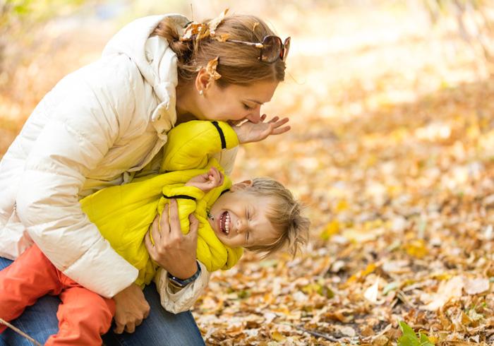 産後ダイエットに成功し、子供と遊びながら満面も笑顔の産後ママ