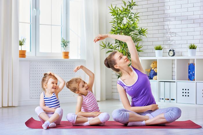産後ダイエットのために子供と一緒にヨガをしている産後ママ